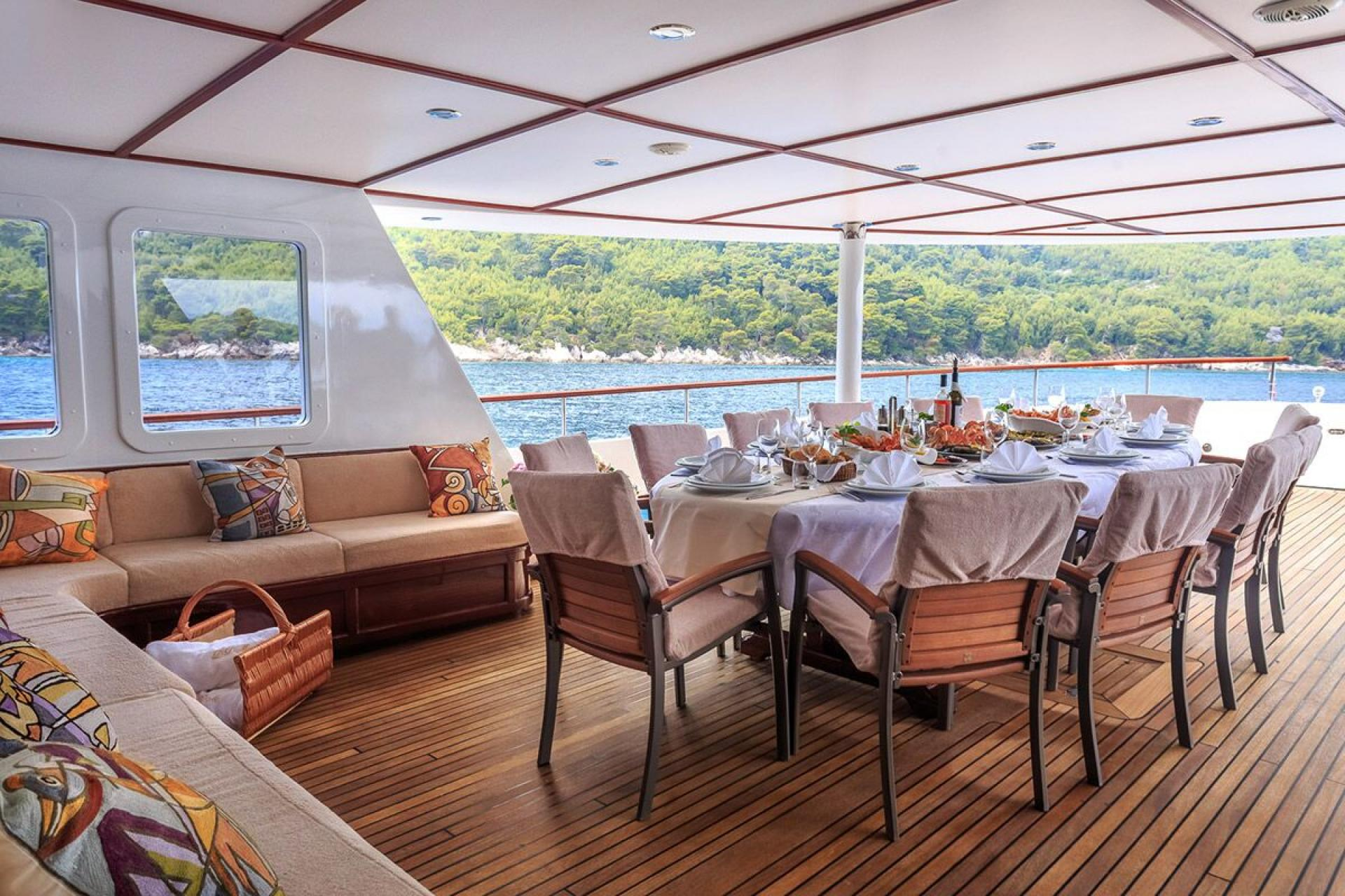 Donna-Del-Mare-yacht-outdoor-dining